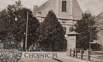 <br/>Przed kościołem św. Ducha w Chojnicach.