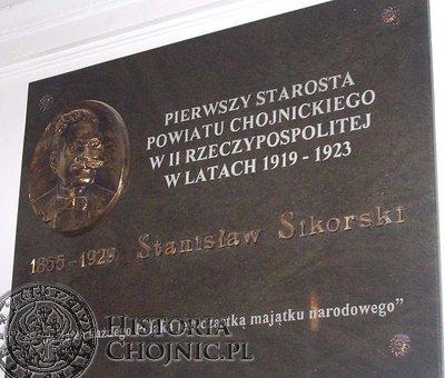 Pamiątkowa tablica w budynku starostwa w Chojnicach,