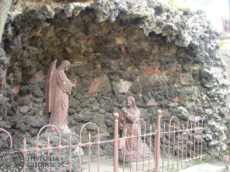 Gipsowe figurki w grocie przy starym szpitalu wymagały renowacji.
