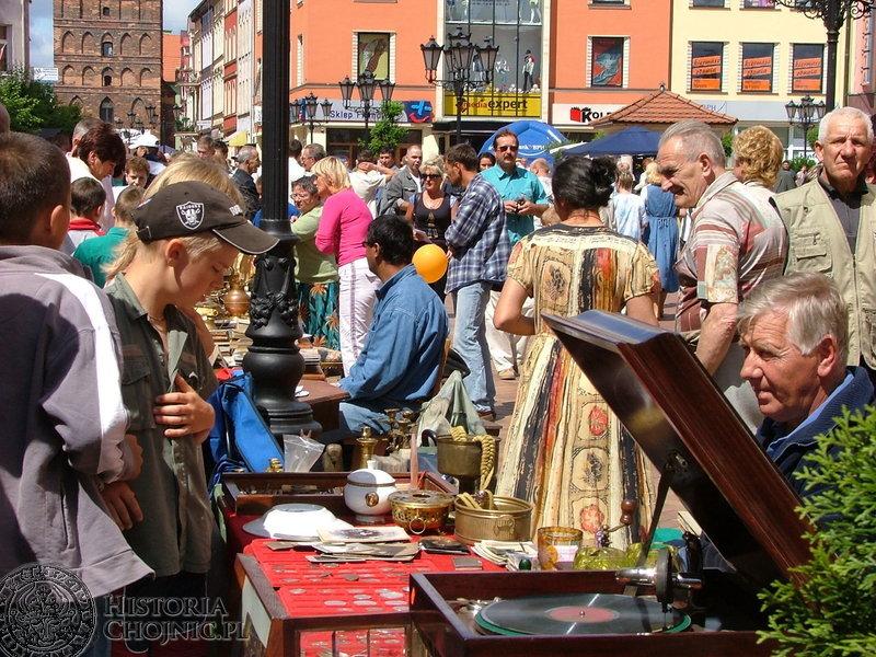 Jarmark Świętojański. W niedzielne przedpołudnie trakt Starego Miasta zapełnił się handlującymi i kupującymi.