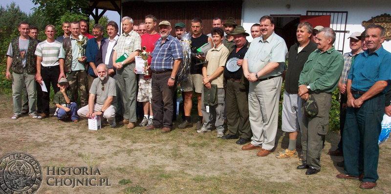 Pamiątkowa fotografia uczestników VI Zawodów Powiatowych w Strzelaniu Myśliwych o Puchar Starosty Chojnickiego.