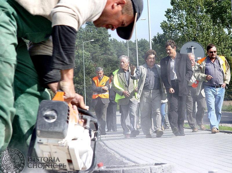 Burmistrz Arseniusz Finster ze swoimi pracownikami sprawdza wykonanie II etapu modernizacji ulicy Kościerskiej.