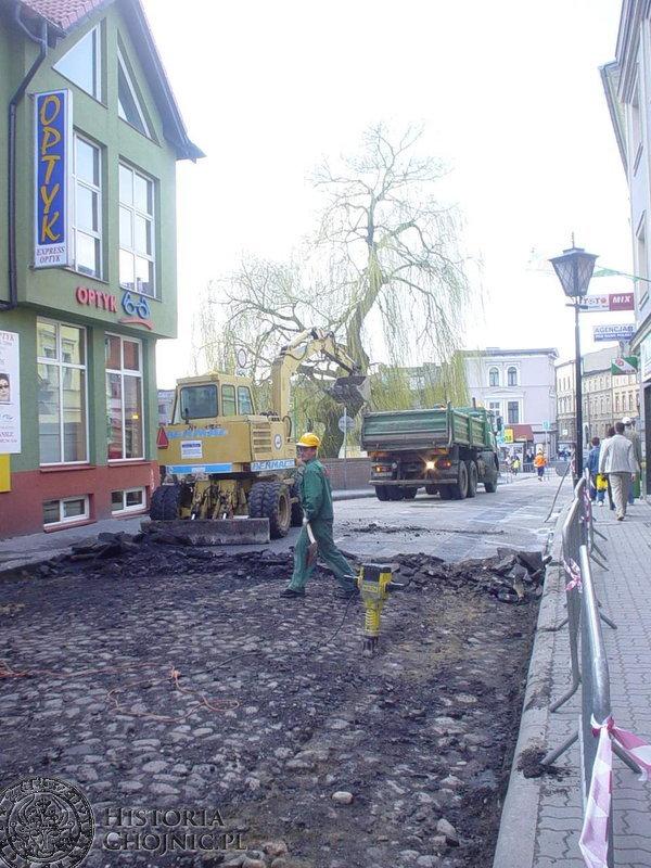 Ulica Młyńska zmieniła się nie do poznania. Nawierzchnię zrywali pracownicy firmy Janusza Richtera z Borowego Młyna.