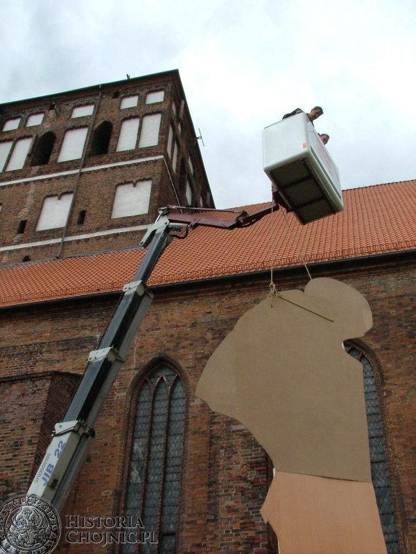 Makieta pomnika Jana Pawła II tylko na próbę zawisła przy Bazylice Mniejszej.