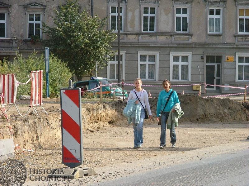 Drogowcy natrafili na problem w miejscu przyszłego ronda na skrzyżowaniu ulic: Bytowska – Strzelecka. Około 40 cm nad nowo projektowaną nawierzchnią przebiega tu gazociąg. Niezbędne było jego przełożenie.