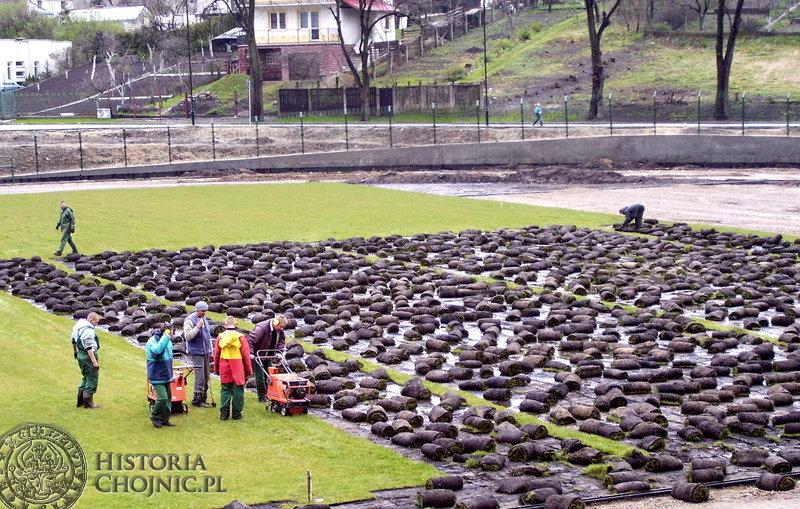 Klamka zapadła. Po badaniu sondażowym nawierzchni stadionu  Chojniczanki okazało się, że główna płyta boiska musi zostać zerwana.