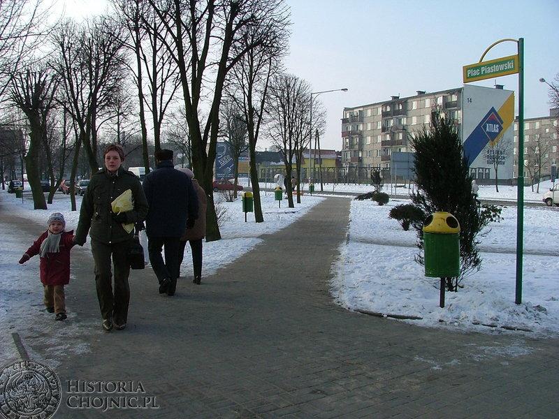 Teren przy Placu Piastowskim został wystawiony na sprzedaż. Może tam powstać wszystko – od baru z szybką obsługą do stacji paliw.