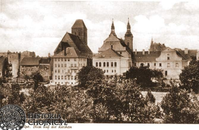 Widok na plebanię, kościoly i gimanzjum. Ok. 1940 r.