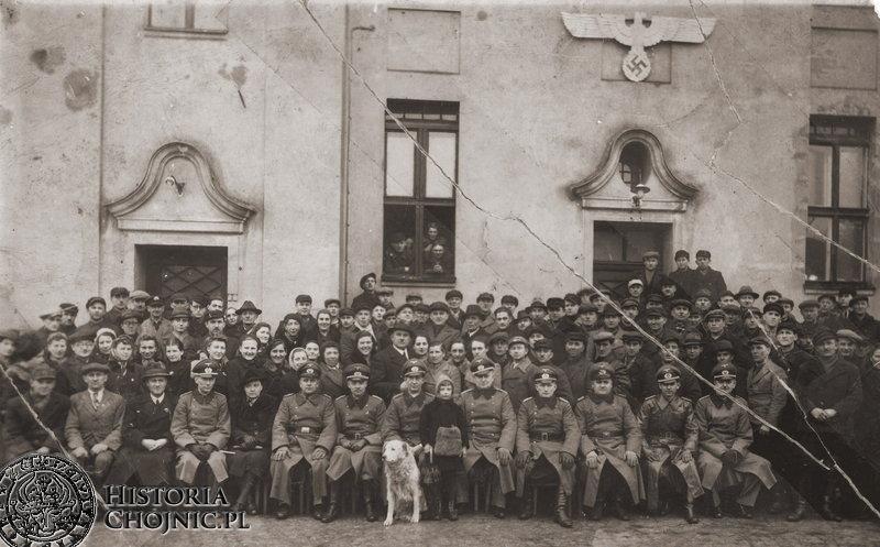 Zdjęcie wykonane podczas okupacji na dziedzińcu koszar przy ul. Świętopełka.