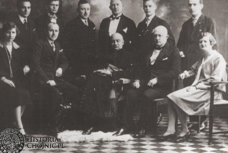 Ks. B. Makowski, drugi z prawej F. Gierszewski z czlnkami chóru Lutnia. Ok. 1929 r.