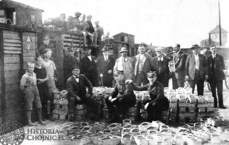 Załadunek owoców runa leśnego na kolejowej rampie w Chojnicach. 1926 r.