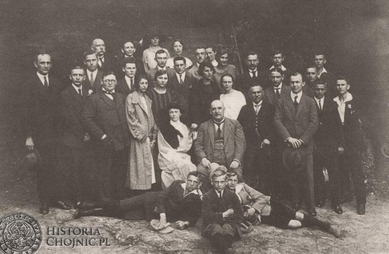 Pracownicy Zarządu Miejskiego w Chojnicach. Ok. 1927 r. W środku siedzi burmistrz A. Sobierajczyk.