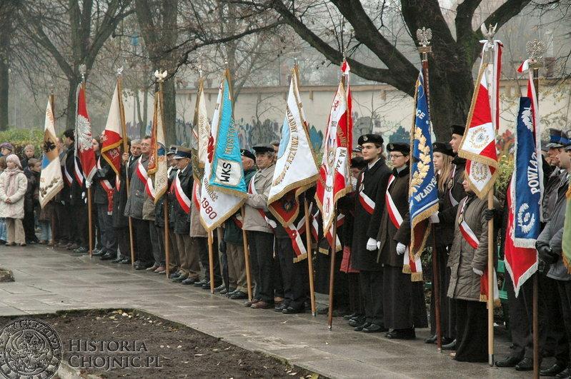 11 listopada. Poczty sztandarowe przy Płycie Pamięci Narodowej.