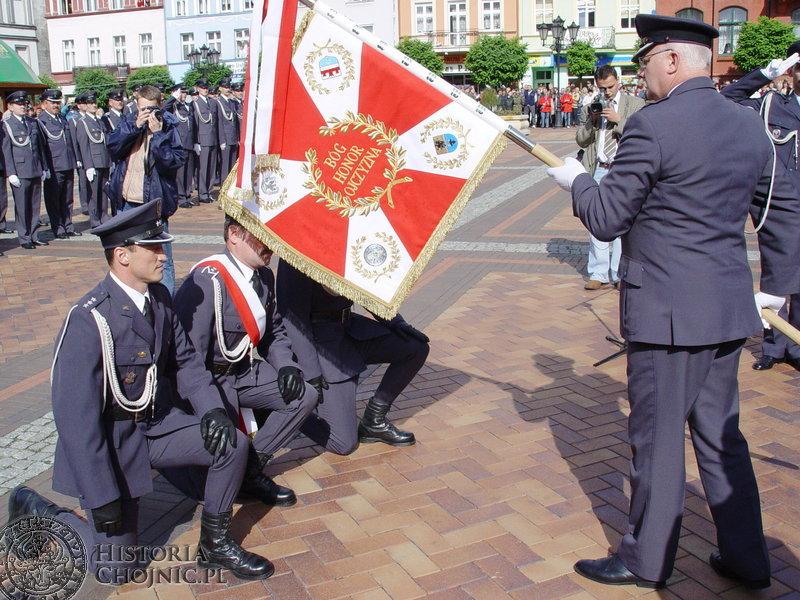 Sztandar dla jednostki wojskowej. Dowódca 34 Batalionu Radiotechnicznego płk Grzegorz Wardacki przekazuje sztandar swoim żołnierzom.