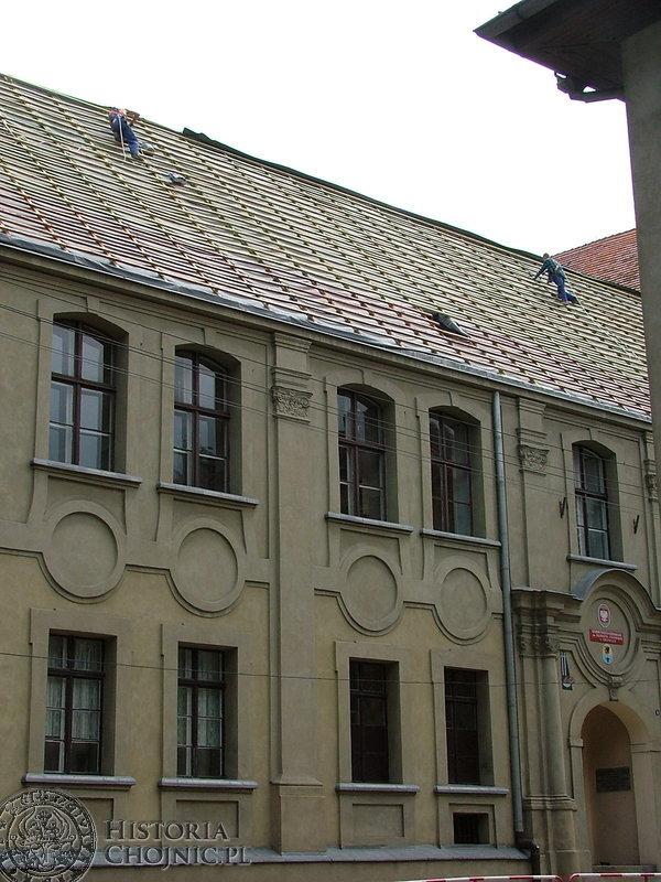 W Liceum Ogólnokształcącym im. Filomatów Chojnickich położono remont dachu.
