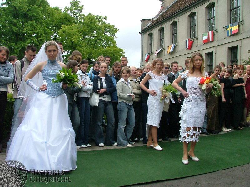 Uczennice ZSP nr 3 prezentują uszyte przez siebie suknie ślubne.