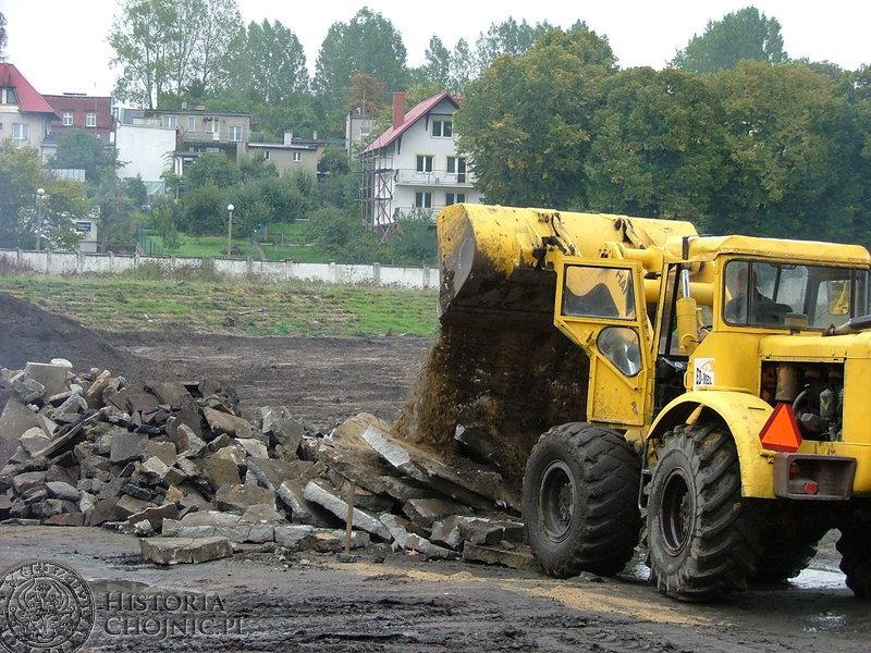 """Stadion MKS """"Chojniczanka"""" już dawno w niczym nie przypomina obiektu sportowego. Na placu budowy nie pozostało śladu z ławek, bieżni oraz budynku klubowego."""
