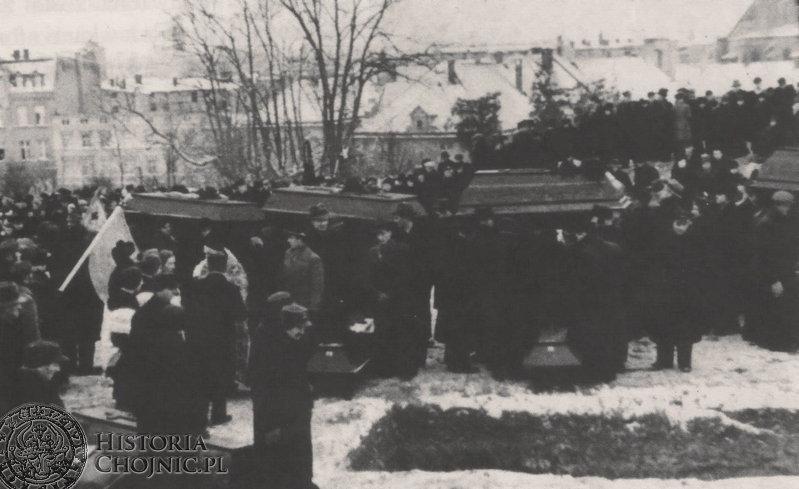 Pogrzeb ofiar zbrodni hitlerowskich na cm. przy ul. Gdańskiej. Grudzień 1945 r.