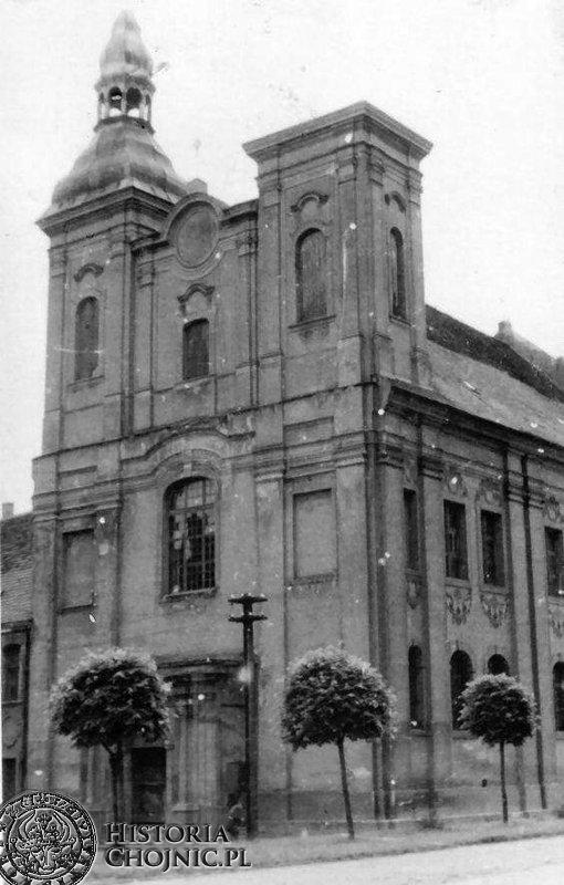 Zniszczona w wyniku działań wojennych kopuła wieży kościoła gimnazjalnego.