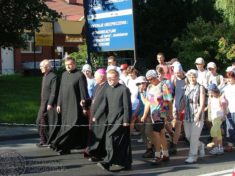 Biskup pomocniczy Piotr Krupa oraz chojniccy księża odprowadzili i pożegnali pielgrzymów.