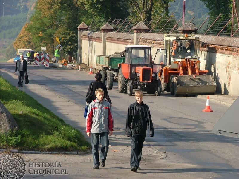 Trwały  prace remontowe na ulicy Ceynowy – budowa nowego chodnika.