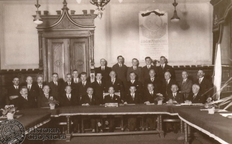Rada Miejska w Chojnicach. W tle widoczna tablica ku czci Józefa Piłsudskiego. Ok. 1935 r.