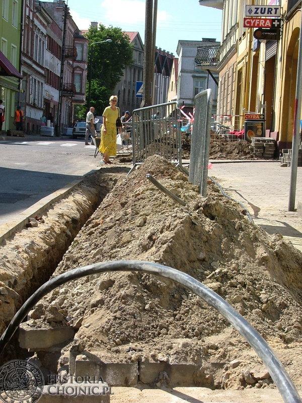 Uciążliwości w przemieszczaniu się po chodniku przy ulicy Strzeleckiej odczuwali piesi. Konieczne jednak było wykonanie w tym miejscu zakresu prac energetycznych.