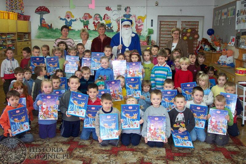 Dobra współpraca Przedszkola Samorządowego nr 6 w Chojnicach z Komendą Powiatową Policji zaowocowała wizytą nietypowego, bo niebieskiego Mikołaja.