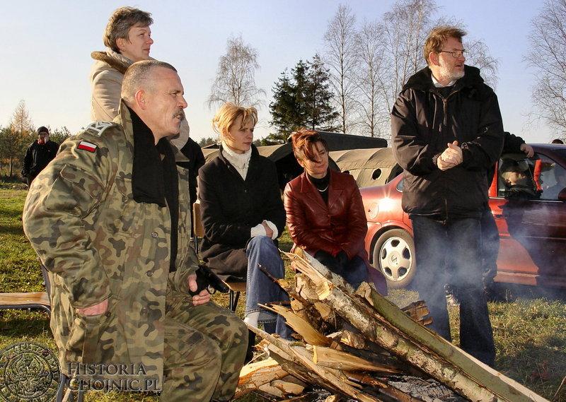 Podczas przerwy w zawodach strzeleckich w jednostce wojskowej w Nieżychowicach można było ogrzać się przy ognisku i zjeść grochówkę.