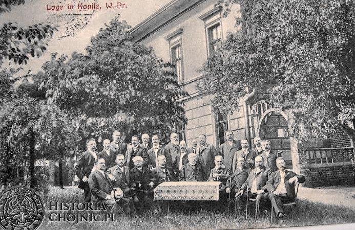 Przed budynkiem Loży Masońskiej w Chojnicach. Początek XX w.