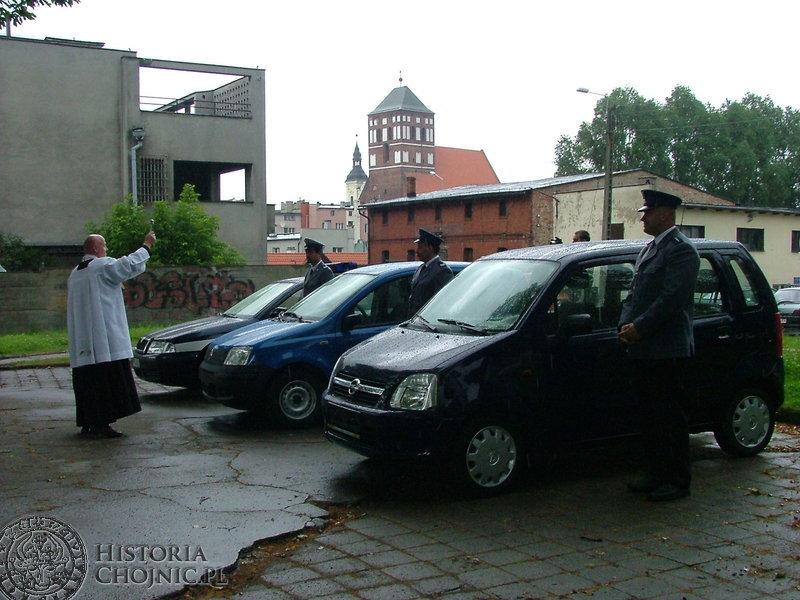 W 85 rocznicę powstania policj służbowe auta poświęcił ks. St. Miotk.