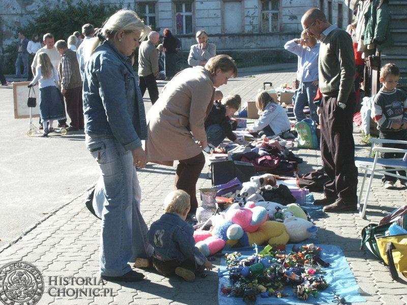 W niedzielne przedpołudnie na targu staroci nie brakowało ani sprzedających, ani szukających okazji by wśród wielu drobiazgów za przysłowiowy grosik znaleźć dla siebie coś ciekawego.