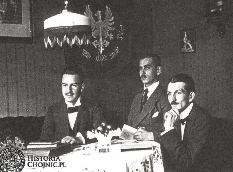 """Działacze niepodległościowi w 1919 r. Od lewej: S. Bączkowski, A. Budziński, J. Rydzkowski. W tle chorągiew """"Lutni""""."""