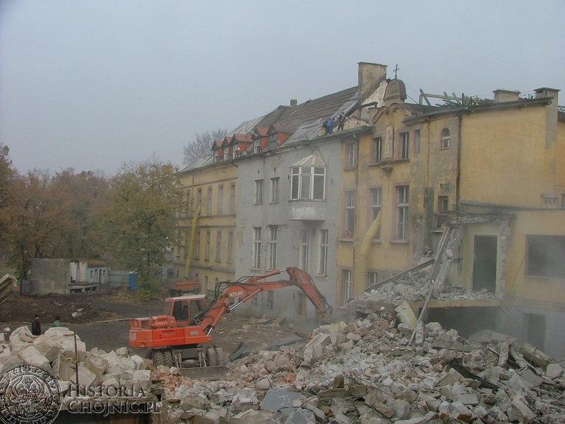 Trwała rozbiórka starych obiektów szpitala oraz prowadzone były prace przy remoncie dachu.