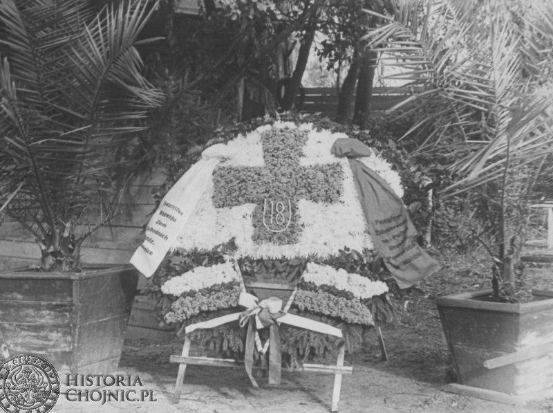 Kompozycja kwiatowa ufundowana przez chojnicki oddział rozwoju ziem zachodnich w holdzie poległym ułanom pod Krojantami.