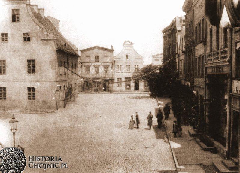 W miejscu widocznych w oddali kamieniczek został wybudowany ratusz miejski.