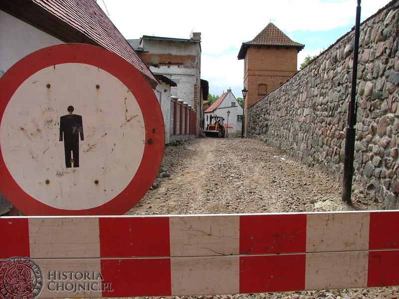 Wzdłuż murów obronnych powstała wyłożona granitem alejka spacerowa.