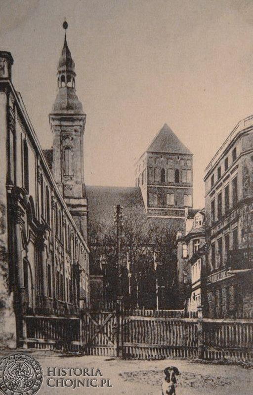 Widok na kościół farny z dziedzińca gimnazjum. Koniec lat 20.