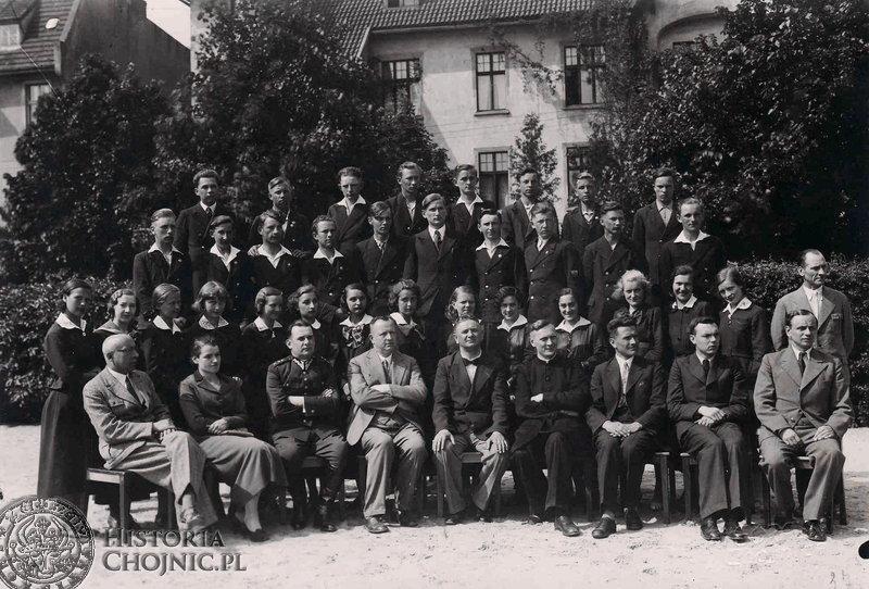 Absolwenci i nauczyciele Szkoły Handlowej w Chojnicach. 1937. Ze zb. R. Malcana.