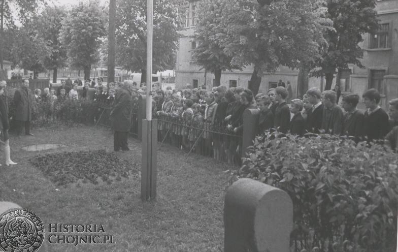 Rok 1968 - szkola obejmuje patronat nad Pomnikiem Pomordowanych Kolejarzy.