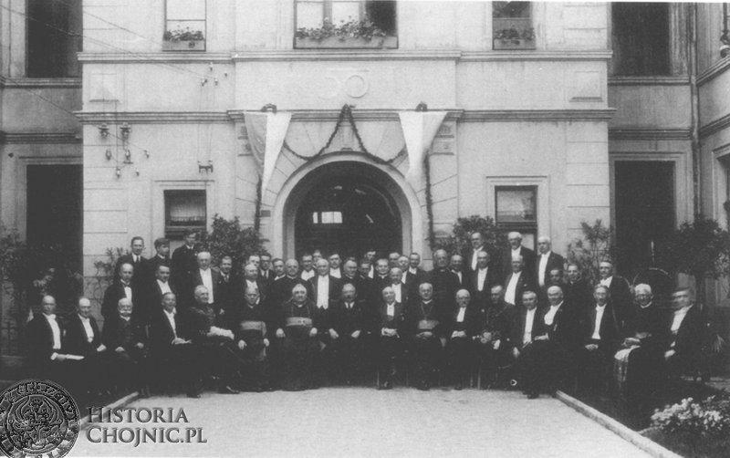 Dziedziniec szpitala - 1936 r. Jubileusz 50 - lecia. Widoczni m.in. wojewoda pom., starosta, szambelani papiescy i dr. J. P. Łukowicz.