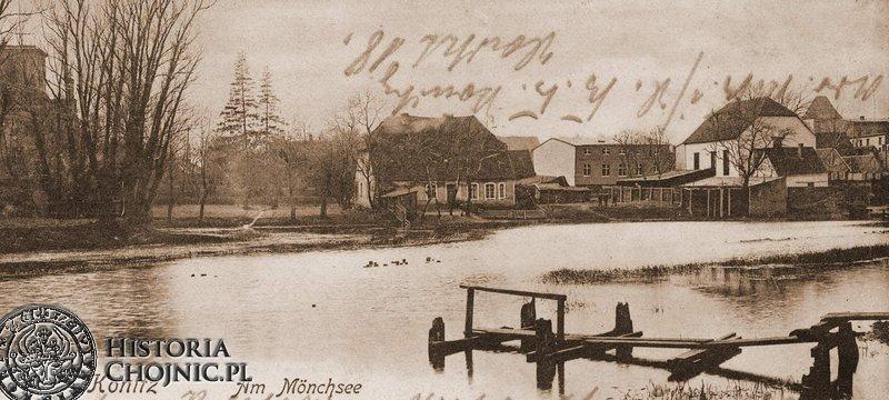 Jezioro Zakonne. Po prawej widoczny budynek synagogi.