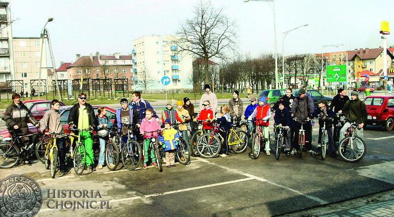 """Tym razem przy słonecznej pogodzie chojnicki """"Cyklista"""" wyruszył z sympatykami roweru na kolejną imprezę pod nazwą """"Rajd w nieznane""""."""