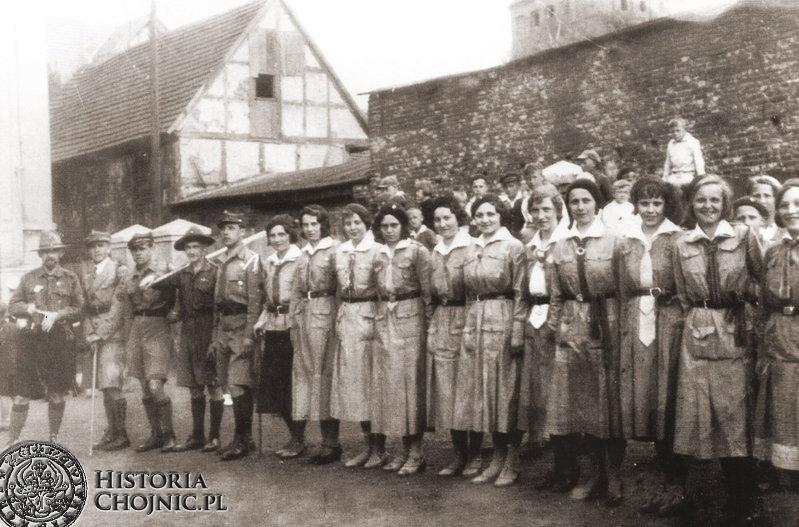 S. Bieszk i żeńska drużyna harcerska. Ok. 1930 r.