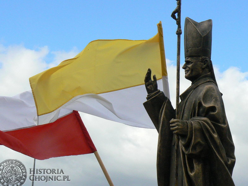 Dwuletnie starania komitetu na rzecz budowy pomnika Jana Pawła II spełzły na niczym, ale wcale nie oznacza to, że Chojnice nie maja papieskiego pomnika. Ten zdobi wejście do cmentarza komunalnego.