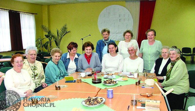 Seniorki wraz z Marią Głomską z Samorządu Mieszkańców nr 4 oraz Haliną Kuks, referentem ds. kulturalno – oświatowych Spółdzielni Mieszkaniowej.