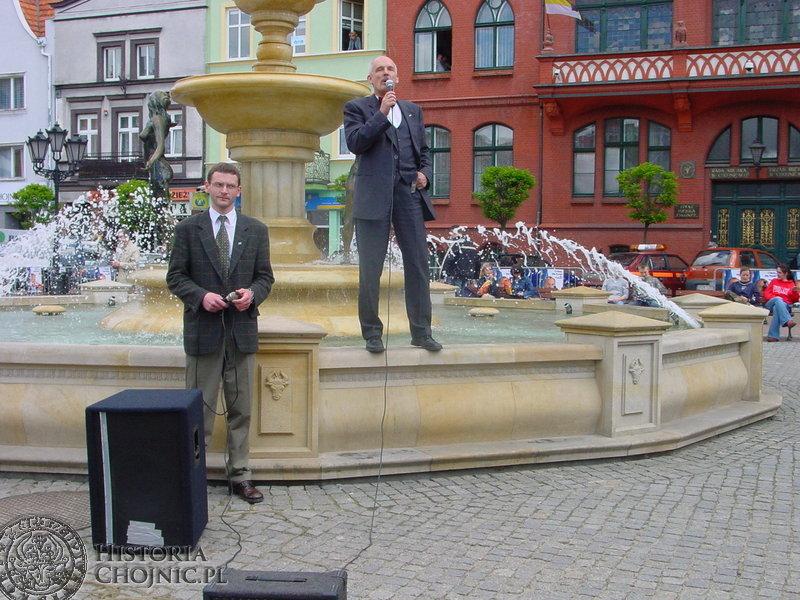 Na chojnickim rynku z fontanny do mieszkańców przemawiał Janusz Korwin Mikke namawiając do wzięcia udziału w wyborach do Europarlamentu.