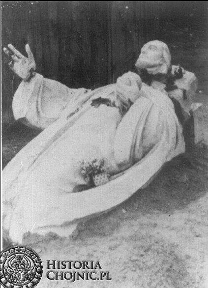 Uszkodzona Figura Chrystusa Króla przez hitlerowcow.