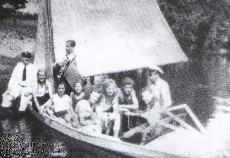 Otton Weiland (na dziobie) podczas pobytu w Czernicy. Przy sterze P. Sieradzki.   1944 r.