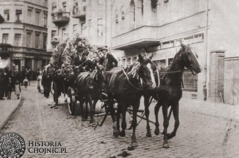 Powóz dożynkowy na dawnej ul. Gdańskiej. 1935 r.